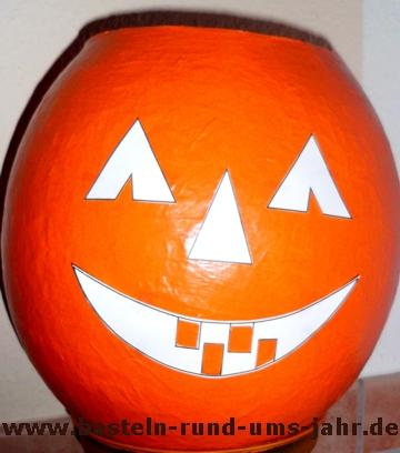 schauriger k rbis zu halloween aus pappmaschee basteln rund ums jahr. Black Bedroom Furniture Sets. Home Design Ideas