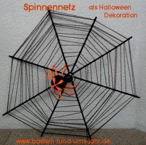 Spinnennetz mit Spinne basteln gruselige Bastelidee nicht nur zu Halloween aus Holzstäben und Wolle