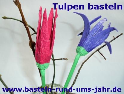Tulpen aus Eierkarton in violett und rot basteln, Kinder haben Spaß an den Ergebnissen