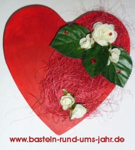 Schachtel Herz als stylische Verpackung rotes Herz mit weißer Rose