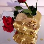 Geschenk Goldene Hochzeit goldenes Herz mit roten Rosen und Perlen