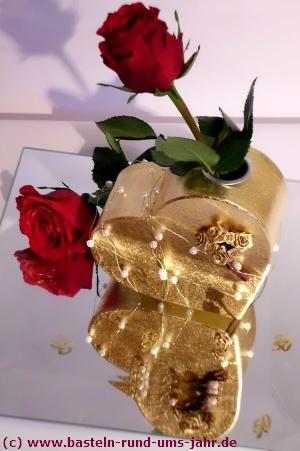 Geschenk Goldene Hochzeit goldenes Herz mit roten Rosen