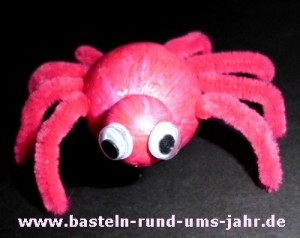 Gruselige Spinne als Dekoration zu Halloween in rot