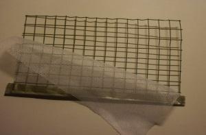 Papier schöpfen mit Schöpfrahmen aus Draht und Stoff