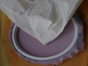 Papier schöpfen mit einem Strickrahmen