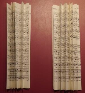 Schutzengel aus Gesangbuchseiten falten und kleben