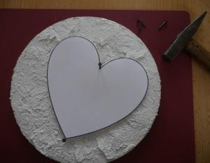 Herz aus Nagel und Faden