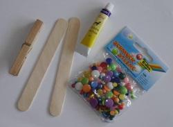 Materialien zum basteln einer Libelle aus Wäscheklammer