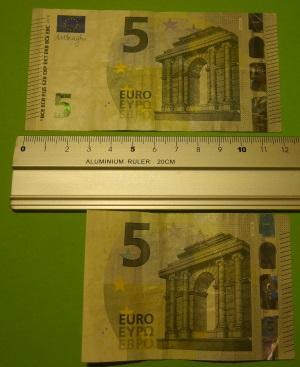 Geldgeschenk zur Einschulung ein Schulranzen aus Geldscheinen