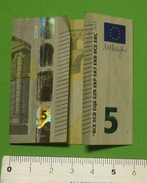 Geldscheine zu Tragegurten vom Schulranzen falten