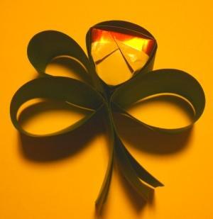 Glückskleeblatt mit Küsschen als Glücksbringer und Dekoration zu Silvester