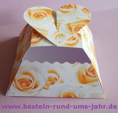 Schachtel als Geschenkverpackung mit Rosen und Herz