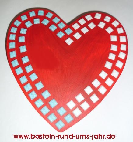 Herzschachtel in Rot mit bunten Mosaiksteinen verziert.