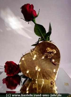 Geschenk goldene Hochzeit - ein goldenes Herz mit Rose