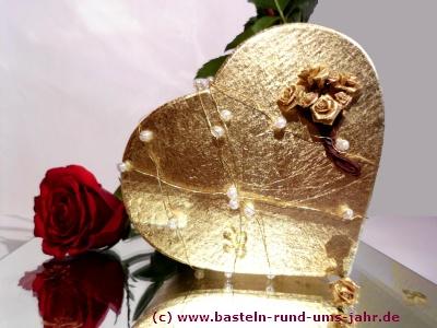 Geschenk Goldene Hochzeit goldenes Herz mit Rosen und Perlen auf einem Spiegel