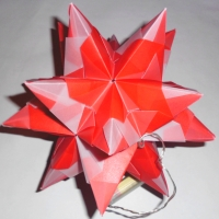 Bascetta Stern falten eine Anleitung zum Basteln aus rotem und weißem Transparentpapier