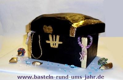 Schatzkiste in Gold und Schwarz mit Perlen