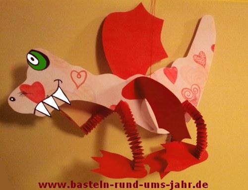 Feuerdrache aus Tonpapier mit Flügeln und Beinen als Hexentreppe