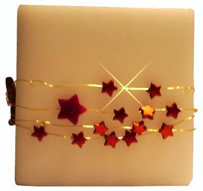 Kerze mit Sternen und Perlen als Weihnachtsgeschenk verzieren