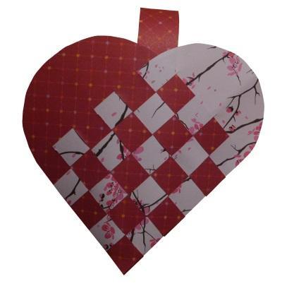 So einfach flechtet ihr ein Herz Körbchen aus Papier