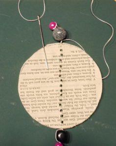 Wabenball nähen und Perlen befestigen